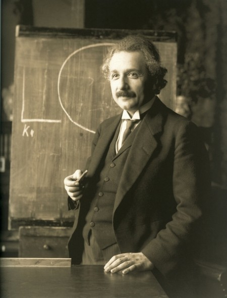 歷史上不乏在科學、藝術、政治和體育等領域做出偉大貢獻的難民,其中包含物理學家愛因斯坦。(維基百科)