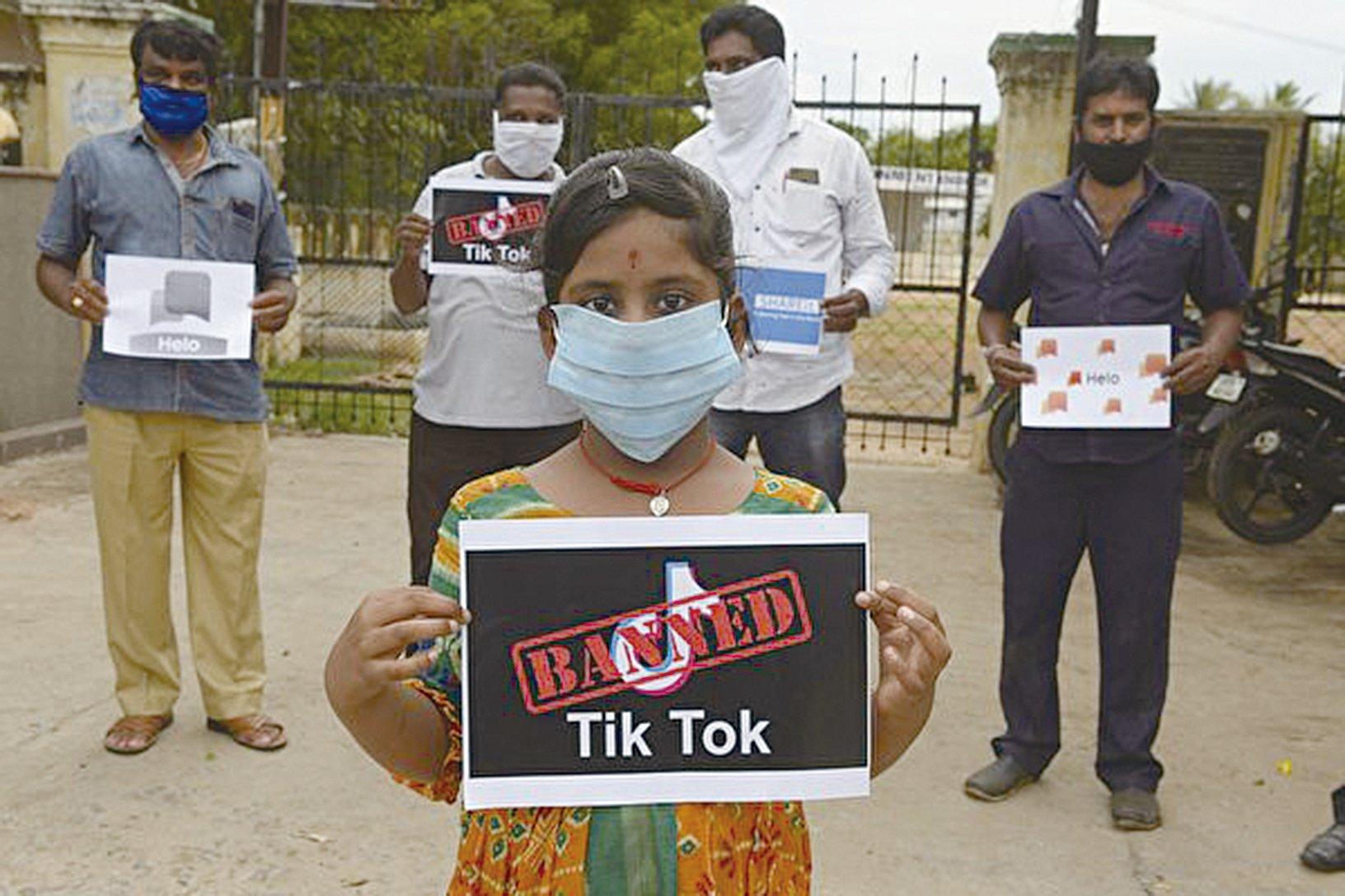 圖為抵制抖音的印度民眾。( NOAH SEELAM/AFP via Getty Images)