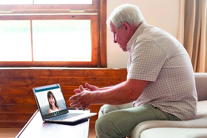 居家隔離期間,許多人只能通過視訊與家人互動。