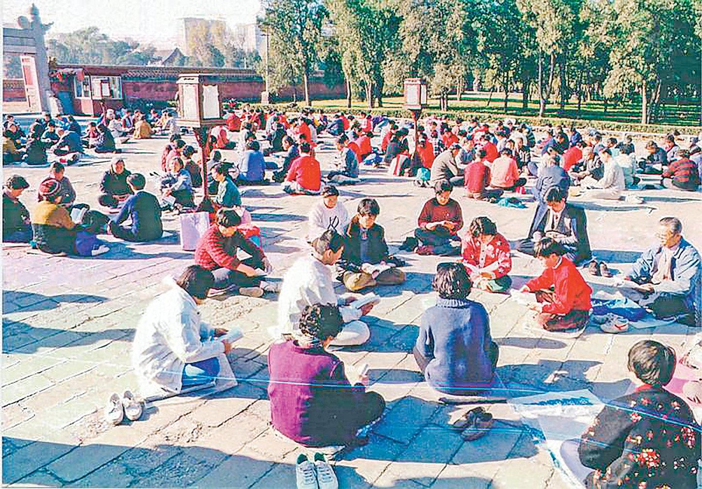 1999年7月以前,中國境內,就有一億人在煉法輪功。圖為1999年7月以前某天,法輪功學員們在北京天壇公園集體學法。(明慧網)