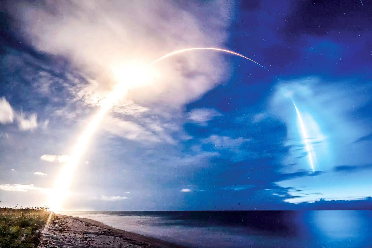 2020年6月13日,SpaceX用獵鷹9號發射58顆星鏈衛星升空的照片。(SpaceX)