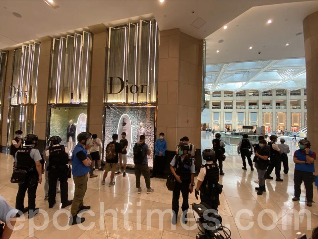 在活動進行到大約20分鐘的時候,大批防暴警察進入置地廣場廣場,並拉起了封鎖線,要求記者立即戴上記者證及穿上黃背心。(霄龍/大紀元)
