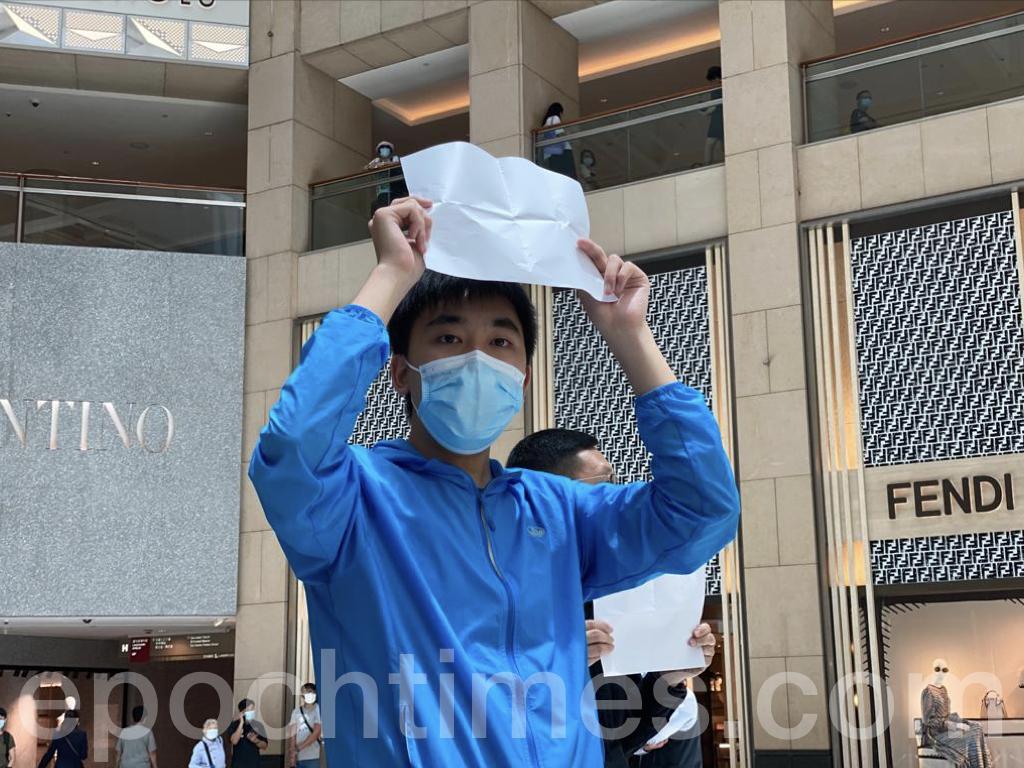 那位身著藍色上衣的David今日再次來到現場,他的堅持令人動容。站在中庭的David帶領大家齊聲高呼「沒有暴徒,只有暴政」、「五大訴求,缺一不可」、「Fight for freedom, stand with Hong Kong(為自由而戰,與港人同行)」。(霄龍/大紀元)
