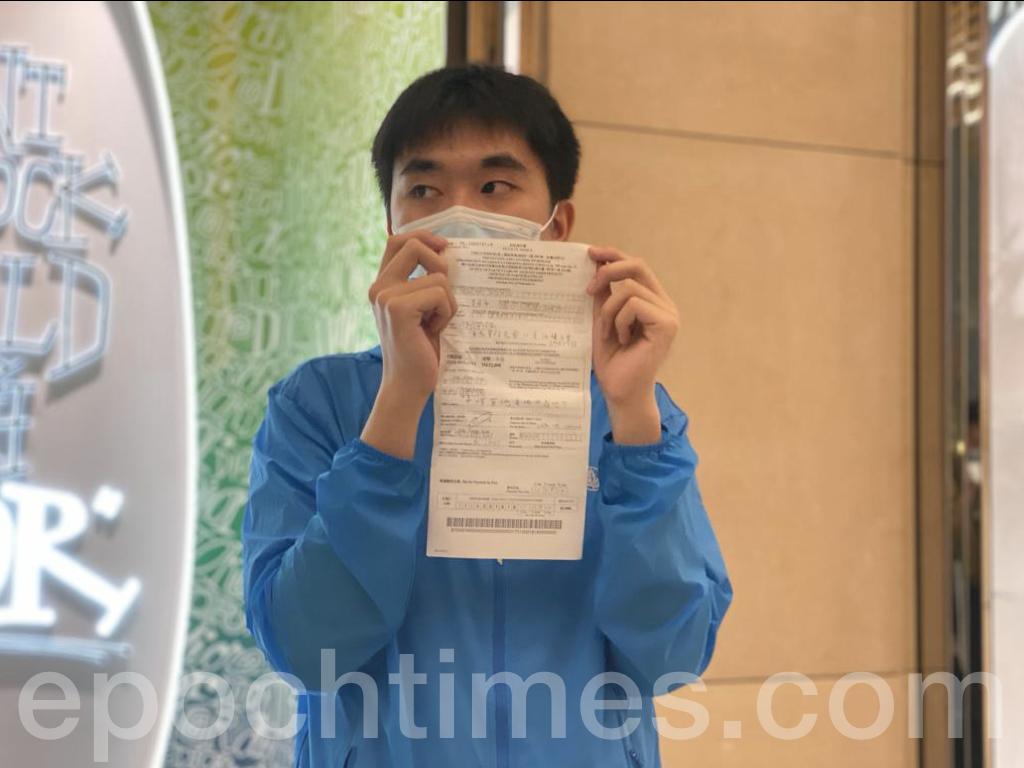 在大約半個小時後,警方撤離,David及其他抗爭者向媒體展示他們所收到的限聚令告票。(霄龍/大紀元)
