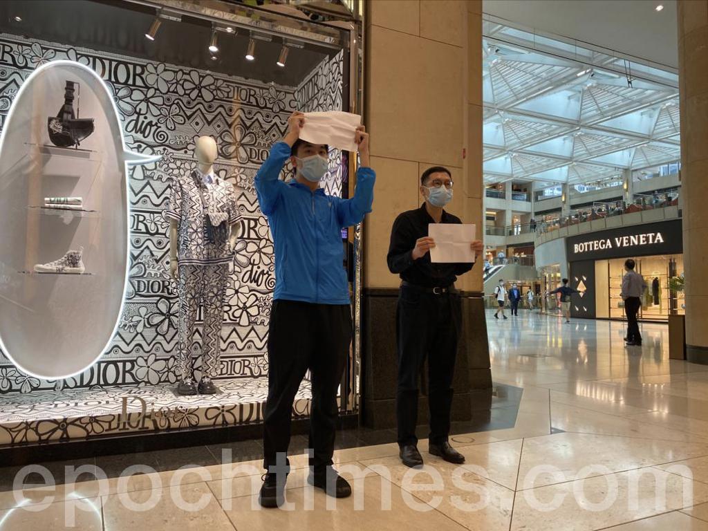 David手舉白紙,帶領大家用數字唱出他們願榮光香港的心聲,「05432680,04940242,09810,25374,5201314... ...」(霄龍/大紀元)