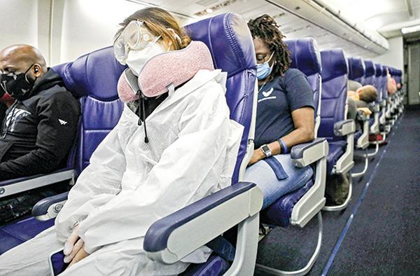 6 月7 日,一架由侯斯頓飛往洛杉磯的西南航空班機內的乘客。(Getty Images)