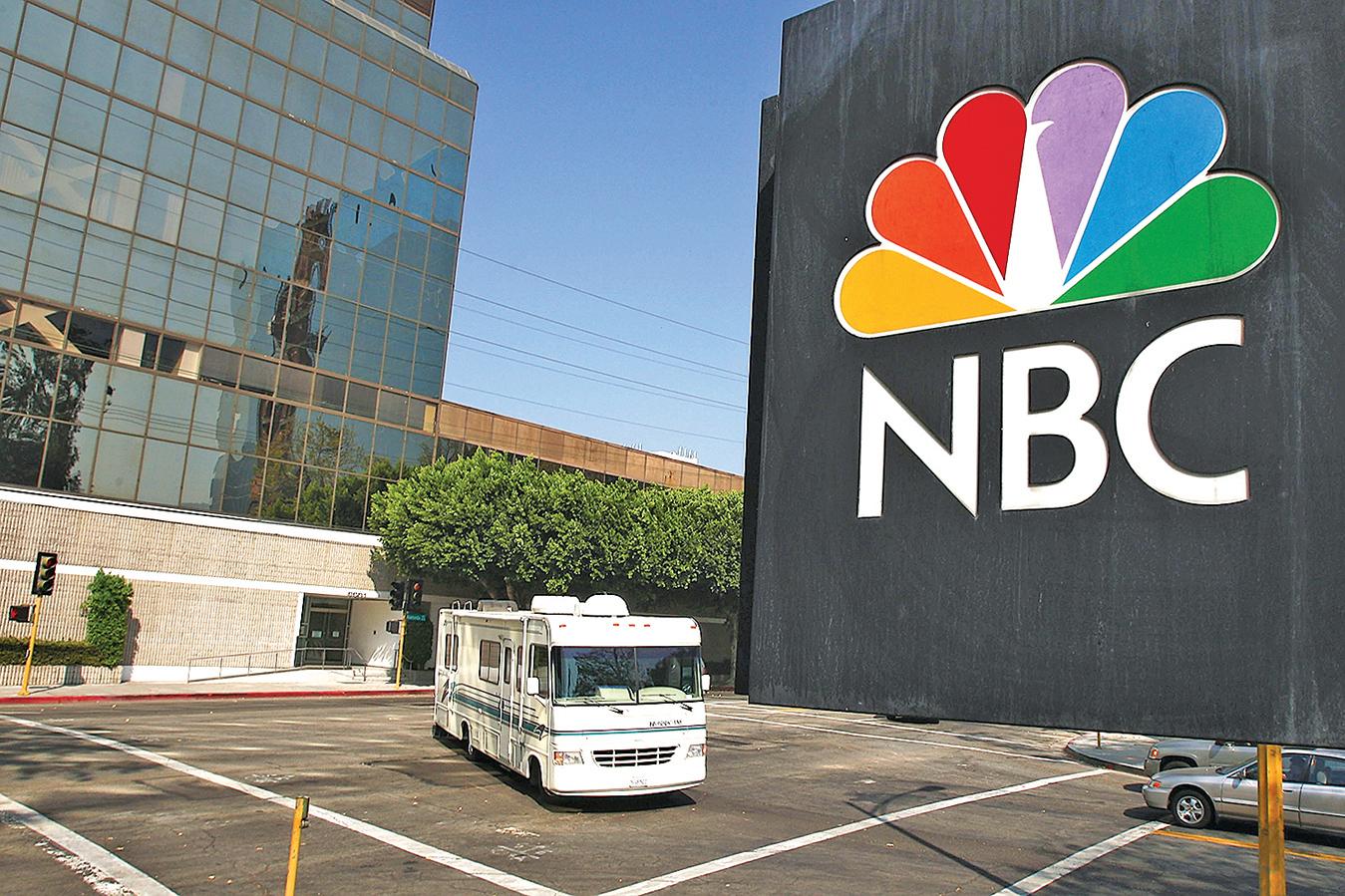 2010年,NBC與中共黨媒新華社就有了商業合作。圖為2008年NBC在美國加州的一處廣告牌。(Getty Images)