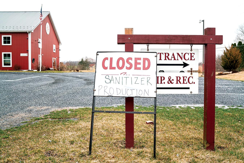由於疫情的衝擊,在賓夕凡尼亞州的一些釀酒廠,臨時改為生產消毒劑。圖為3月19日,一個釀酒廠的入口處貼有一個宣佈生產消毒劑的標牌。 (Getty Images)