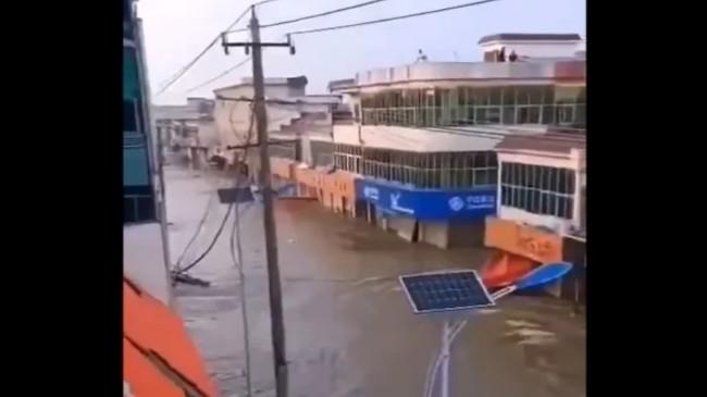 為保三峽、武漢,淮河流域的王家壩開閘放水,向安徽省蒙窪蓄洪區洩洪,17萬人被淹。(網絡圖片)