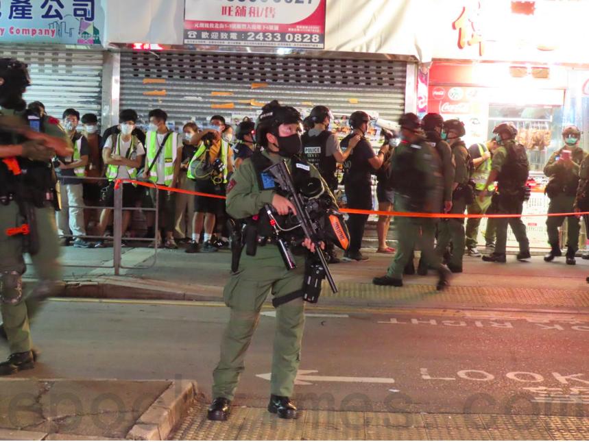 7月21日夜晚,大批警察在元朗一帶截查市民與記者。(伍可儀/大紀元)