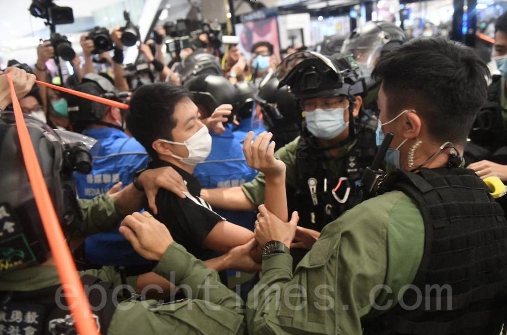 立法會議員許智峯以涉嫌妨礙公務被捕後獲得無條件釋放。(Bomb Head/大紀元)