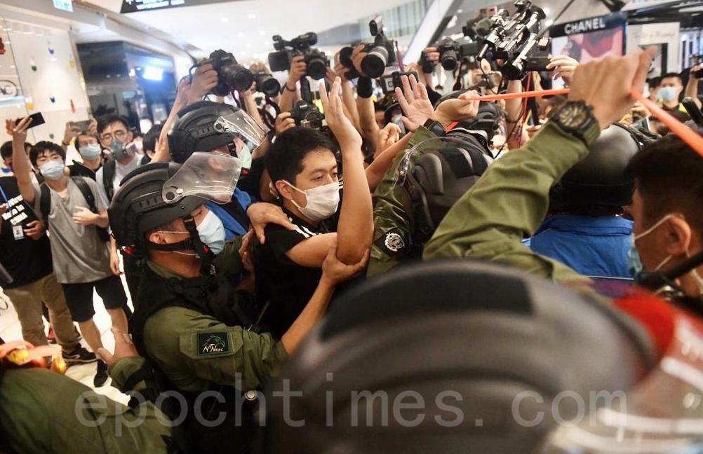 721一周年,立法會議員許智峯以涉嫌妨礙公務被捕後獲得無條件釋放。(Bomb Head/大紀元)