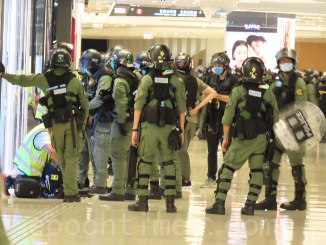 721一周年,警察於元朗形點商場(YOHO MALL)截查大批記者,並要求搜查記者隨身物品。(武可儀/大紀元)