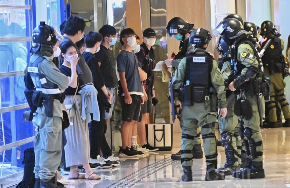 7月21日,大量年輕人被警察截查。(宋碧龍/大紀元)