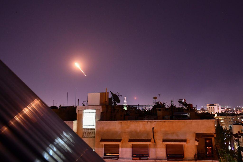 2020年7月20日晚,以色列國防軍從戈蘭高地發射多枚導彈,射向敘利亞首都大馬士革南部。(STR/AFP)