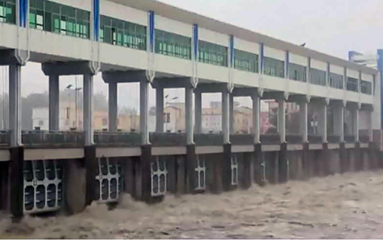 安徽阜陽王家壩13孔閘門全部放開,向蒙窪蓄洩洪區分洪。(視頻截圖)