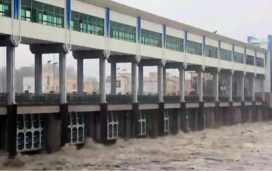 捨農村保城市 王家壩十三孔全開 蓄滯洪區經濟損失慘重