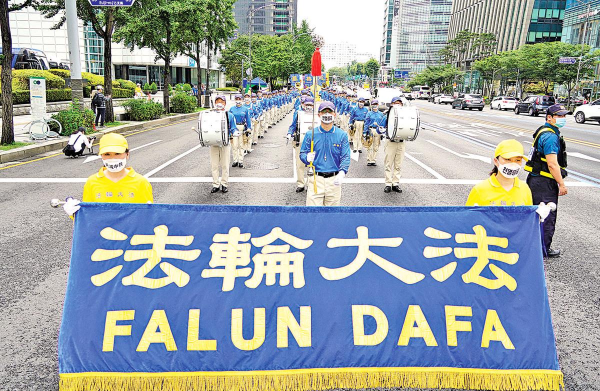 7月19日下午,南韓部份法輪功修煉者在首爾清溪川韓光廣場舉辦反迫害21周年紀念及遊行活動。(李裕貞/大紀元)