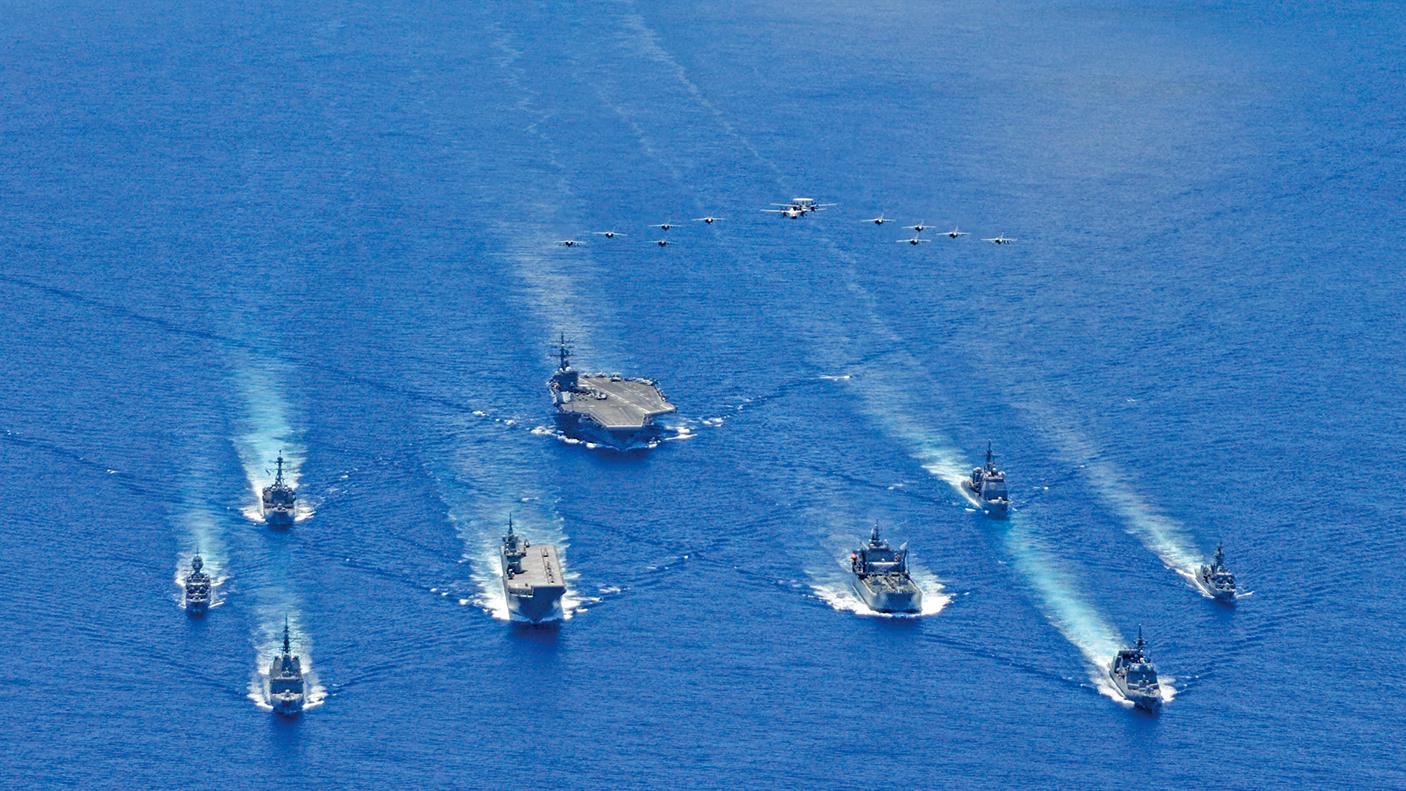 日本海上自衛隊(JMSDF)、澳洲國防軍(ADF)和羅納德‧列根航母戰鬥群在菲律賓海域進行三方聯合軍事演習。(美國海軍網站提供)