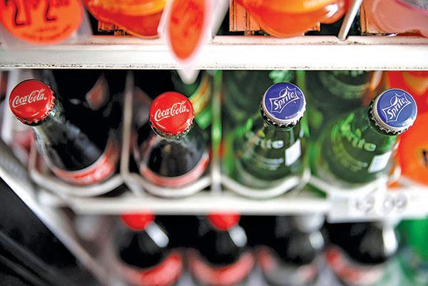 加州一家便利店貨架上陳列的可口可樂飲料。(Getty Images)