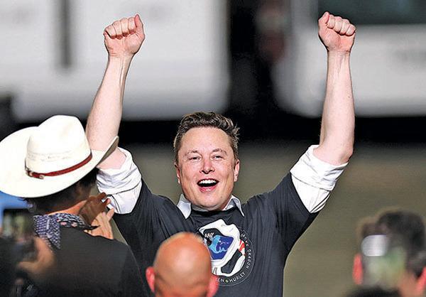 5月30日,SpaceX首次載人火箭成功發射,馬斯克慶賀。(Getty Images)