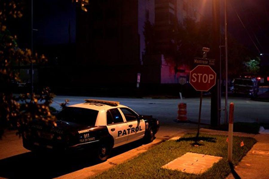 2020年7月22日,美國勒令侯斯頓總領館關閉後,警方巡邏車停在領事館外。(MARK FELIX/AFP /AFP via Getty Images)