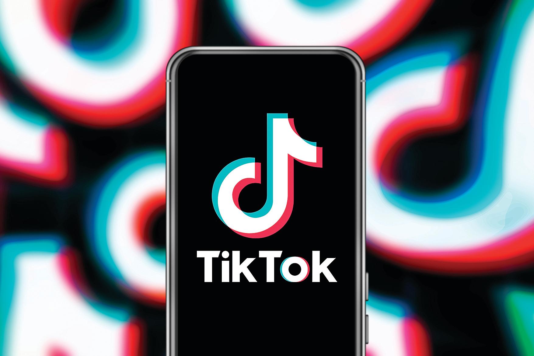 一支手機上顯示的TicTok標誌。(Shutterstock)