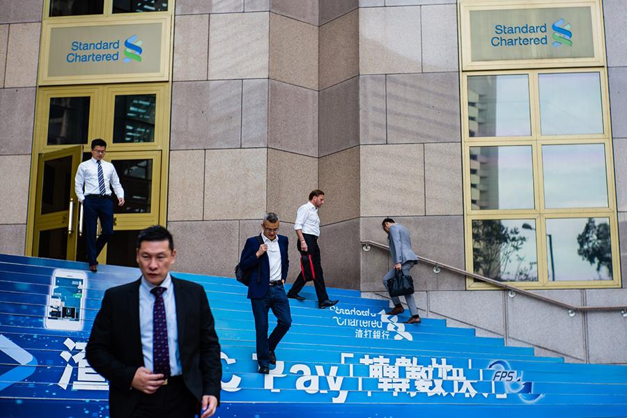 香港過往5年向內地發出了34萬個入境簽證,不少進駐金融業(高度陸化板塊),其它界別如會計、學術和傳媒亦屢見疊出,更有不少以「資本投資者」身份入境。圖為香港渣打銀行。(Getty Images)
