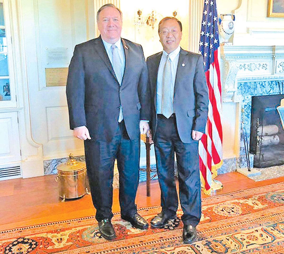 美國國務卿蓬佩奧(左)和余茂春(右)合照。(美國國務院)