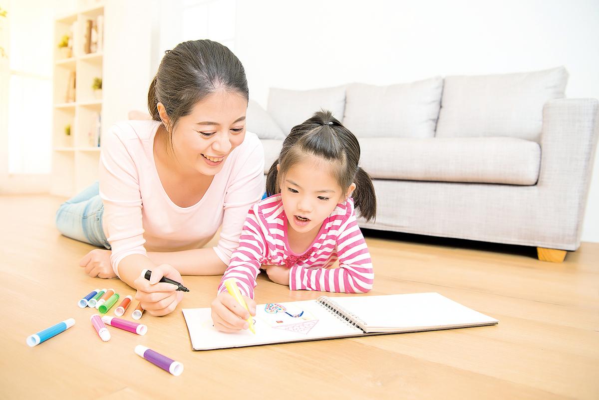 武漢肺炎疫情下,學生提前放暑假,留在家中,親子共處時間增加,家長如何保持良好心態和子女相處?(shutterstock)