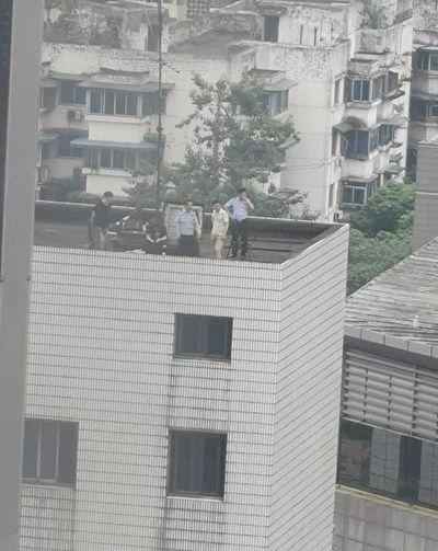 7月24日,中共公安武警包圍、監視美國駐成都總領事館。(網傳圖片)