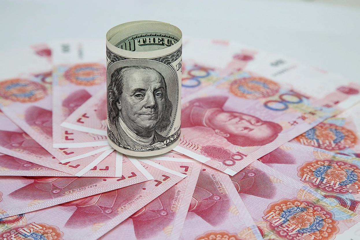 預期人民幣還會再貶,很多中國留學生的父母透過各種管道買入更多的美元。(余鋼/大紀元)
