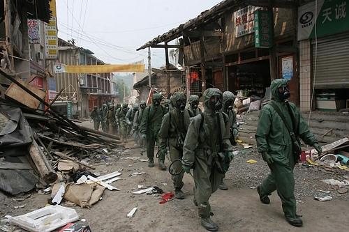 2008年5月23日,四川北川,中共某防化部隊向北川陳家壩鄉進發。(大紀元資料庫)