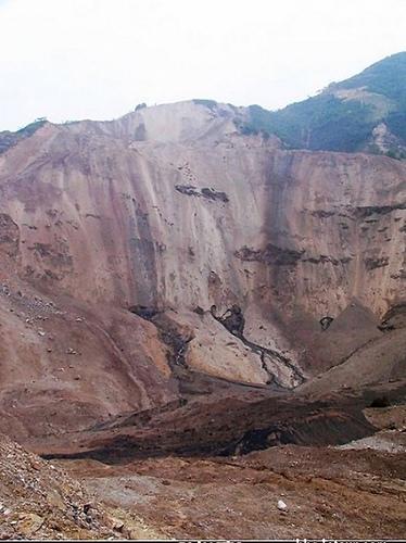 圖為地震山區爆炸後的情形。當地村民說,大山好像被切開了肚子——這能量太大了。(大陸網民提供)