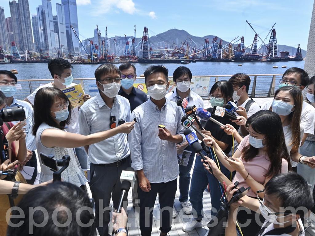 今日(7月26日),在大角咀(維港灣),一班區議員及護士就政府對33類人士豁免檢疫這一漏洞表達抗議,認為「船員」是導致香港不間斷輸入病毒的罪魁禍首。(霄龍 / 大紀元)