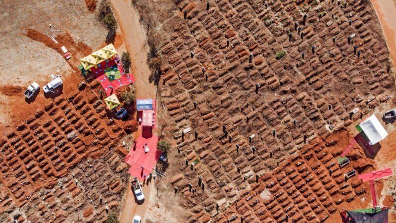 南非中共病毒(武漢肺炎)疫情嚴重。圖為,2020年7月25日,在索韋託的公墓舉行的幾場葬禮。(MARCO LONGARI/AFP via Getty Images)