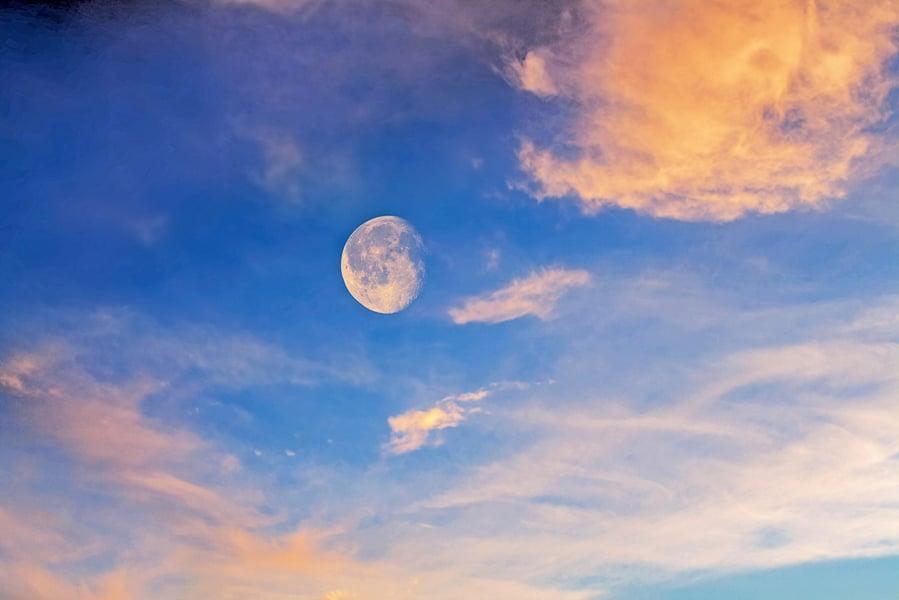 月亮不僅夜裡美 那白天怎樣賞月呢