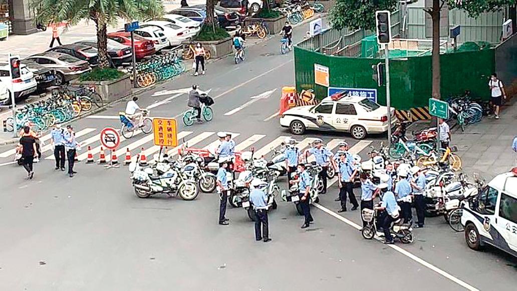 大批警察在美領館左側路口部署。(網絡圖片)