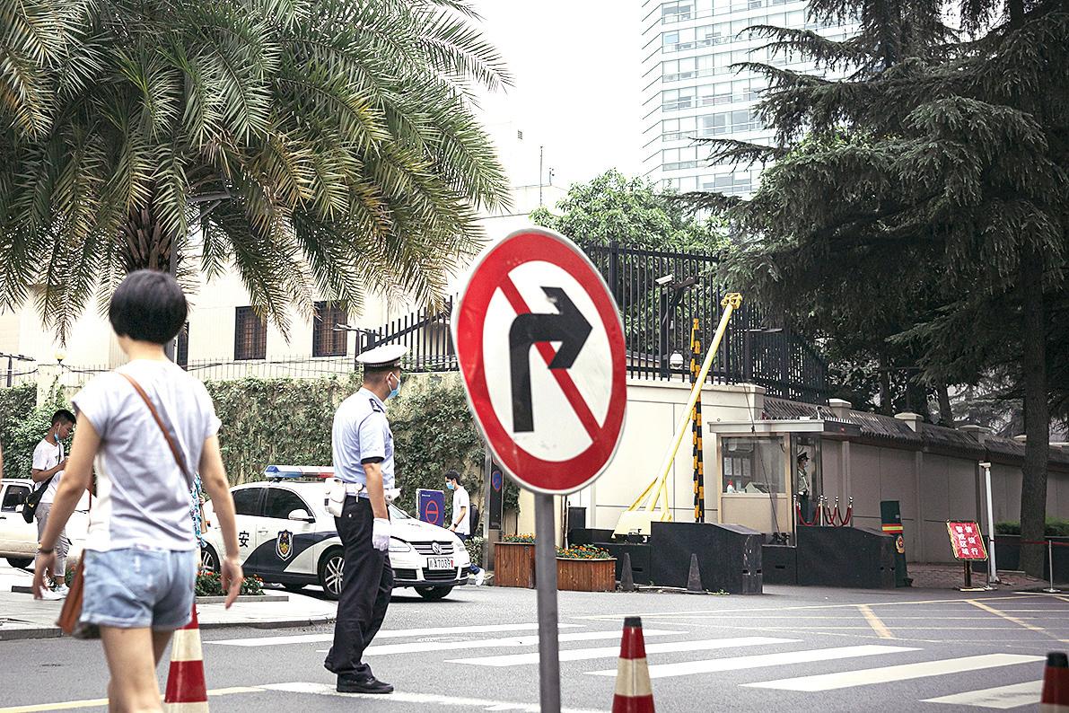警察在美領館右側封路。(Getty Images)