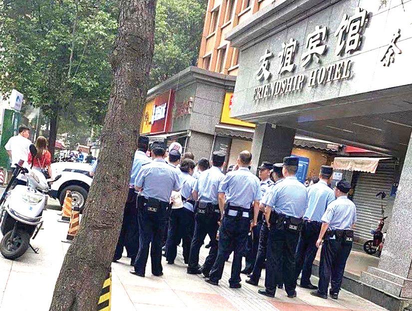 美領館右邊友誼賓館的警察。(網絡圖片)