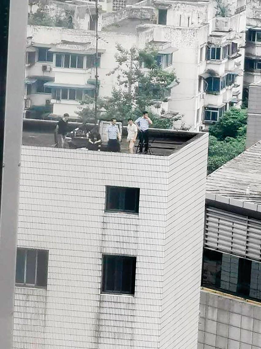 美領館旁邊高樓頂也部署有公安。(網絡圖片)