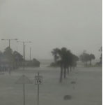 2020年大西洋第一個颶風漢娜(Hanna)25日傍晚挾帶強風豪雨侵襲美國德州沿岸。(影片截圖)
