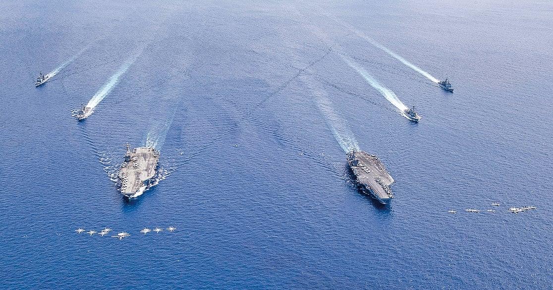 2020年7月6日,美國列根航母(CVN 76,左)與尼米茲號(CVN 68)聯合打擊群在南海舉行舉行實彈射擊演習。(U.S. Navy photo)