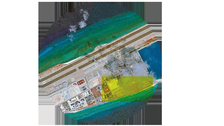 p中共在南沙永暑礁上填海造陸,2015年修建了長3,000多米的跑道,將其建成軍事據點。圖為2018年5月永暑礁的衛星照片。(Getty Images)