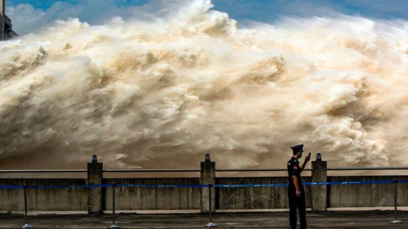 這張攝於2020年7月19日的照片,展示了長江三峽大壩開閘放水時洪水激烈奔湧而下的場面。(STR/AFP via Getty Images)