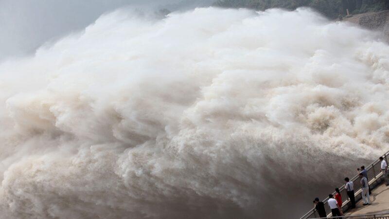 中共官方下令三峽大壩全面洩洪自保,包括淮河、太湖等流域也都要加強洩洪,下遊民眾汛情危急。示意圖( STR/AFP via Getty Images)
