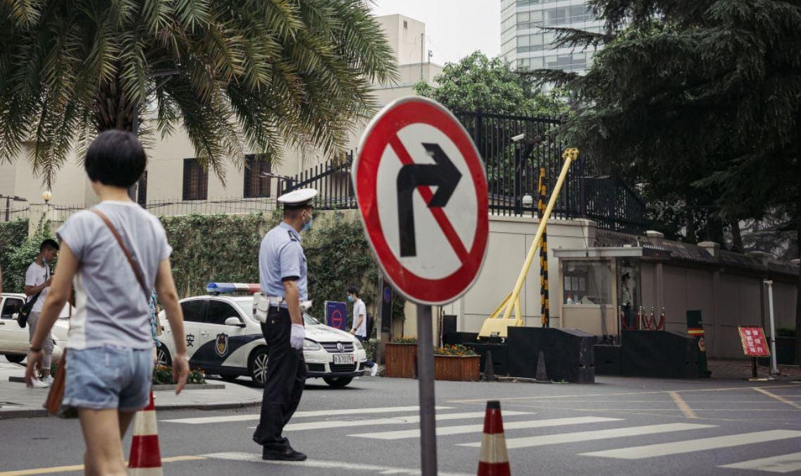 2020年7月24日中共當局宣佈撤銷美國駐成都總領館執照後,警方在美領館外的街道上設置警戒線,不允許民眾靠近。(Getty Images)