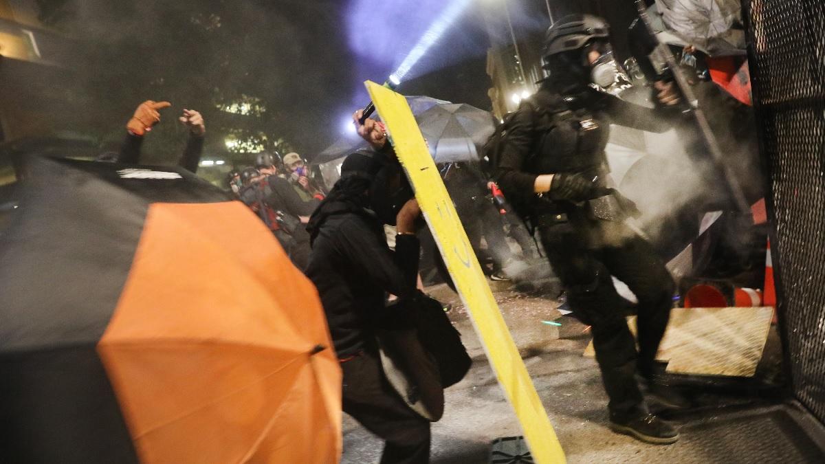 7月25日,波特蘭示威者攻擊聯邦法院。(Spencer Platt/Getty Images)