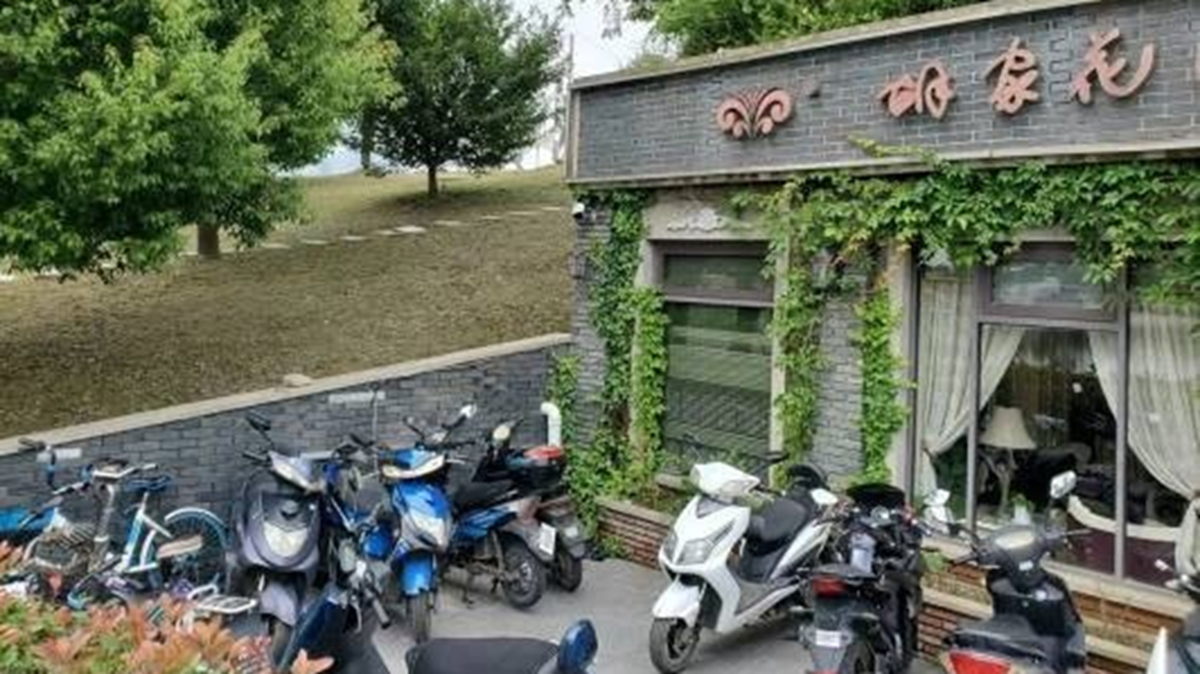 近日有民眾向官媒踢爆,秦淮河楊家圩大堤內部已被挖空,興建了多間高檔餐廳或酒吧。(翻攝自微信)
