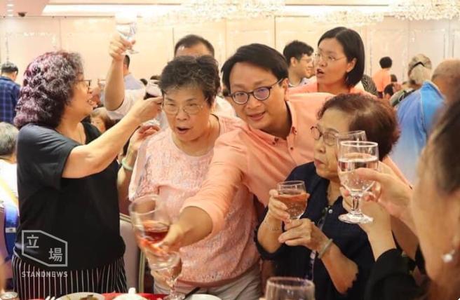 工聯會九龍東立法會參選人鄧家彪向賓客敬酒,無人戴口罩。(立場新聞)